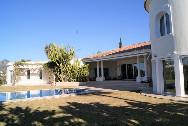 Villa for sale in El Paraiso, Benahavis