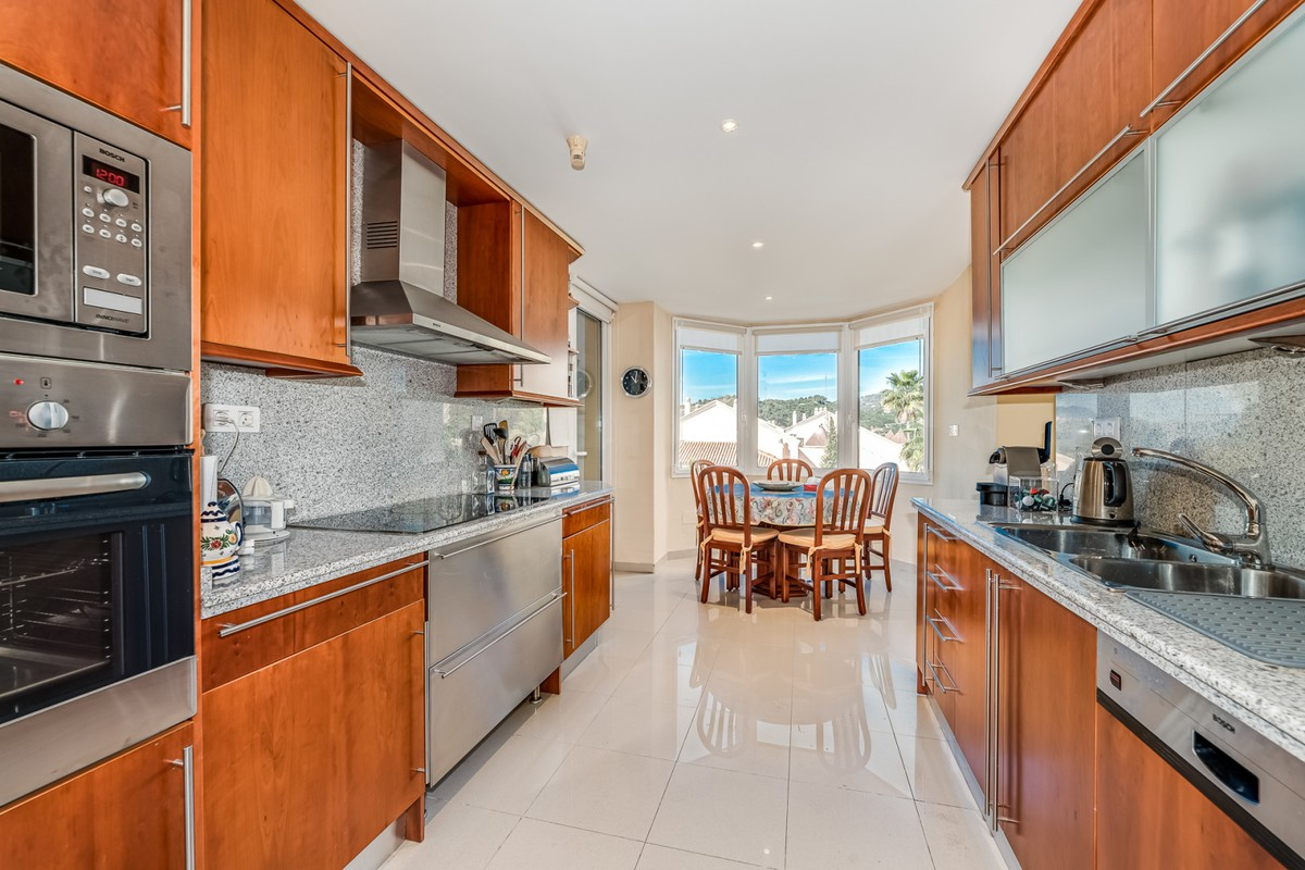 Middle Floor Apartment with Pool in Nueva Andalucía, Marbella