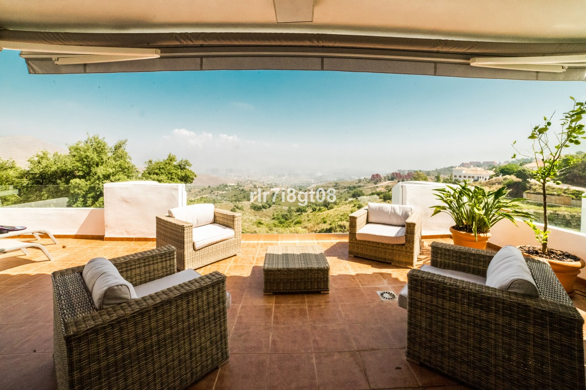 Luxury Middle Floor Apartment with Sea Views in La Mairena, Ojén