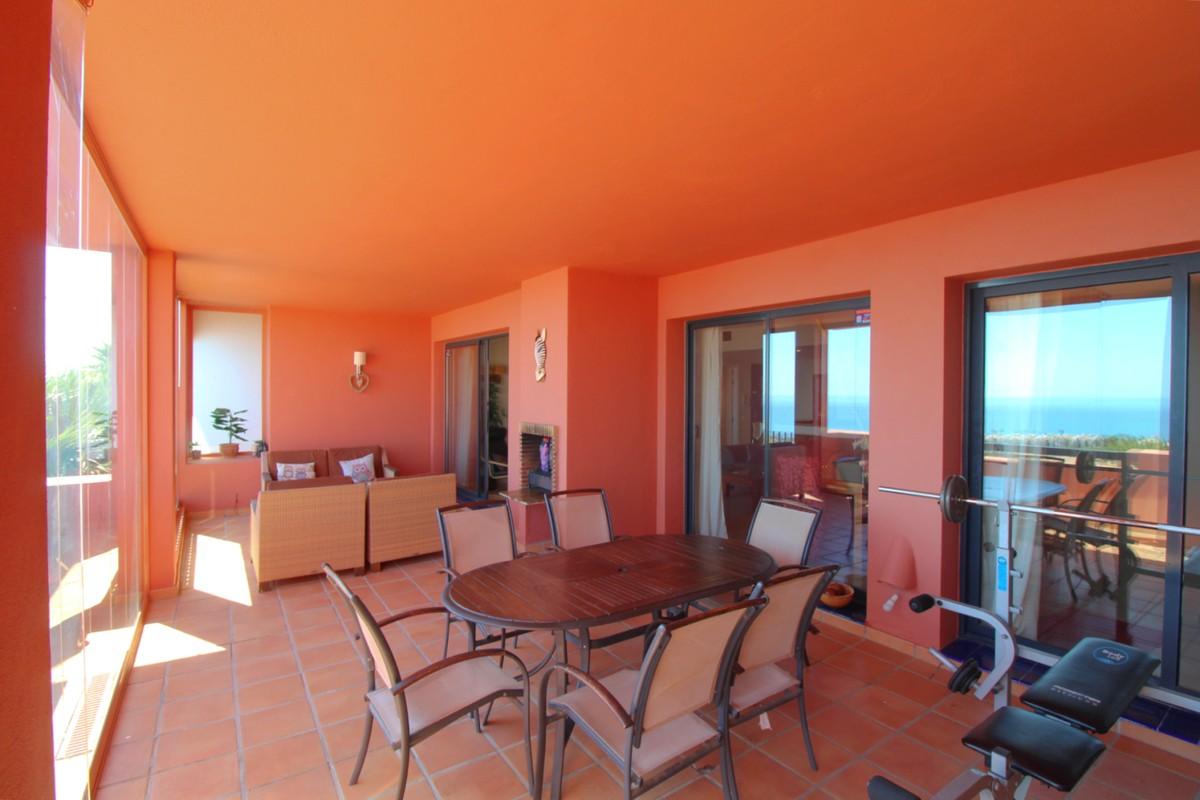 BARGAIN! Middle Floor Apartment with Sea Views in Sitio de Calahonda, Mijas
