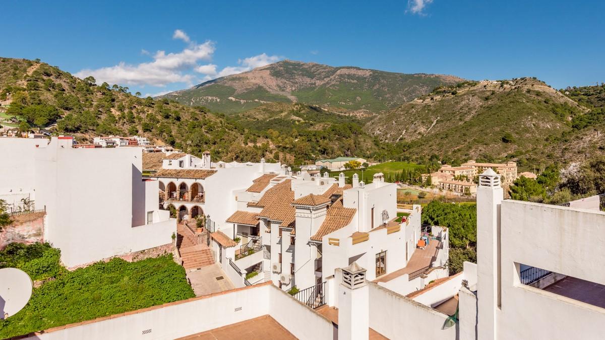 Penthouse with Panoramic Views  in Benahavís