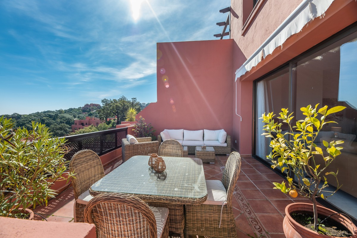 Contemporary Middle Floor Apartment with Sea Views in La Mairena, Ojén