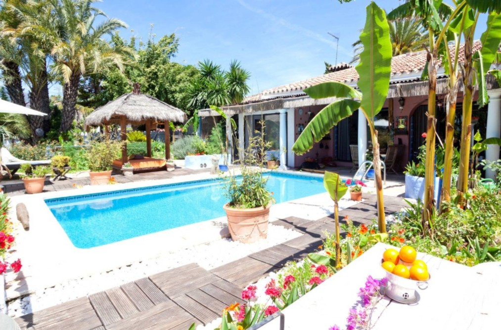 INVESTMENT Opportunity! Large Golf Detached Villa with Pool in Nueva Andalucía, Marbella
