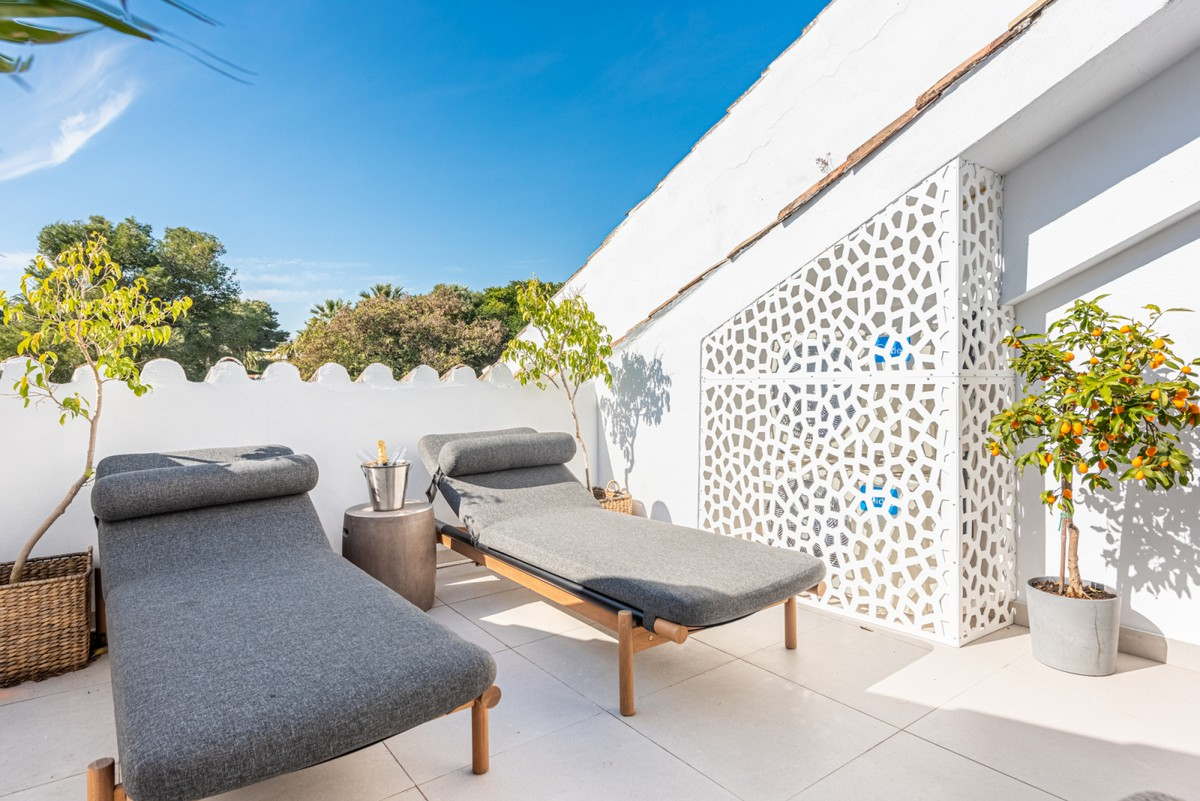 INVESTMENT Opportunity! Luxury Golf Penthouse with Pool in Nueva Andalucía, Marbella