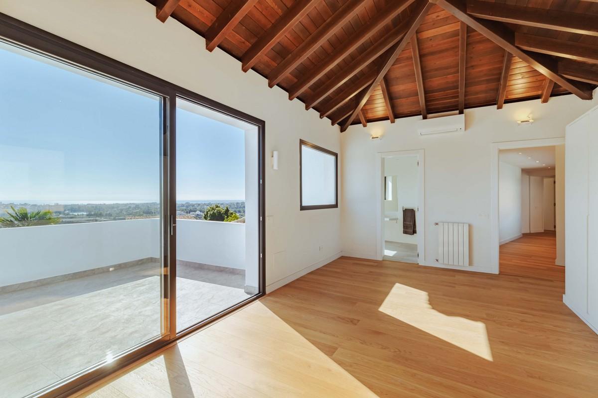 Large Detached Villa with Sea Views in Benahavís