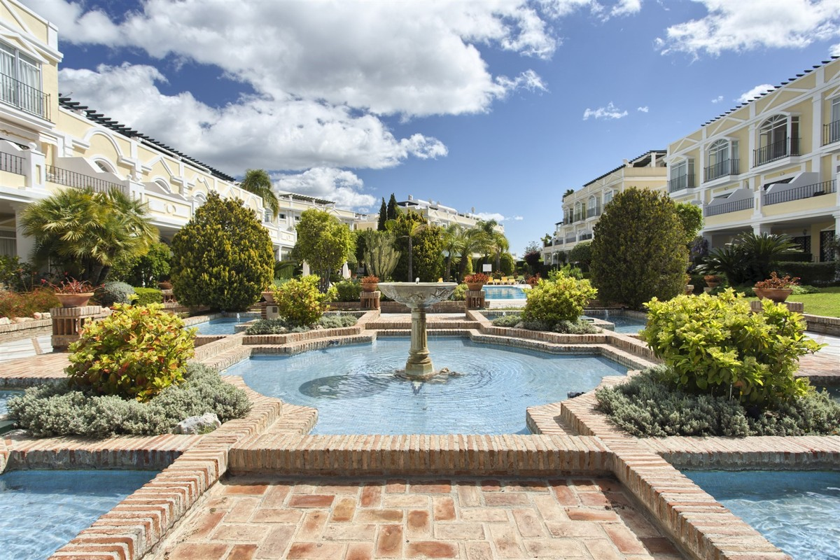 INVESTMENT Opportunity! Penthouse with Panoramic Views in Nueva Andalucía, Marbella