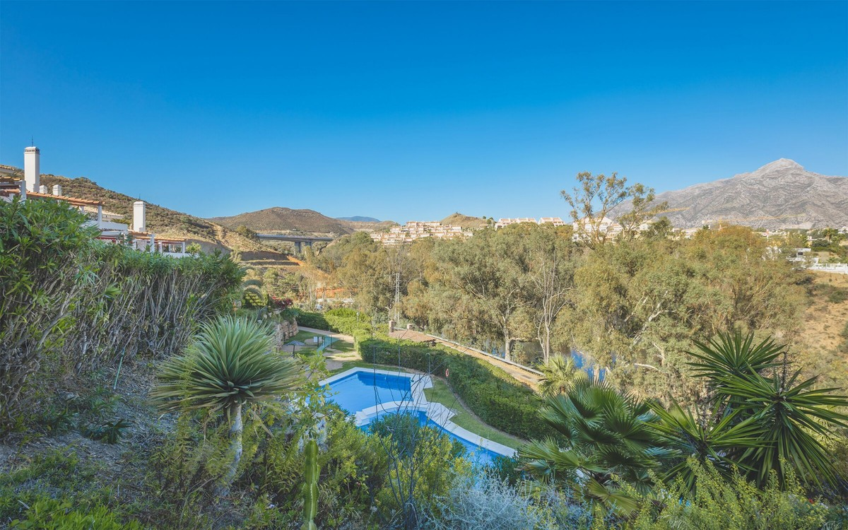 Large Penthouse with Sea Views in Nueva Andalucía, Marbella