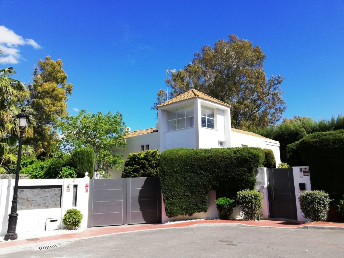 INVESTMENT Opportunity! Large Contemporary Golf Detached Villa with Pool in Nueva Andalucía, Marbella