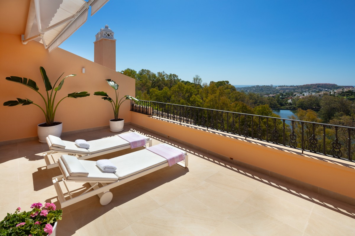 Large Luxury Penthouse with Sea Views in Nueva Andalucía, Marbella
