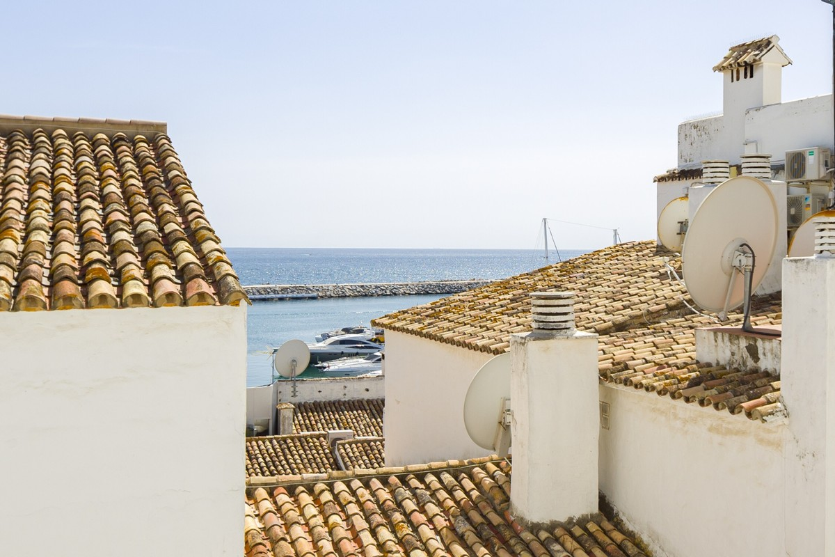 INVESTMENT Opportunity! Large Luxury Beachfront Top Floor Apartment with Sea Views in Puerto Banús, Marbella