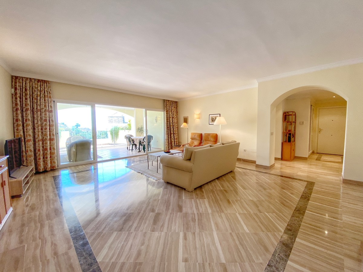 Large Middle Floor Apartment with Sea Views in Bahía de Marbella