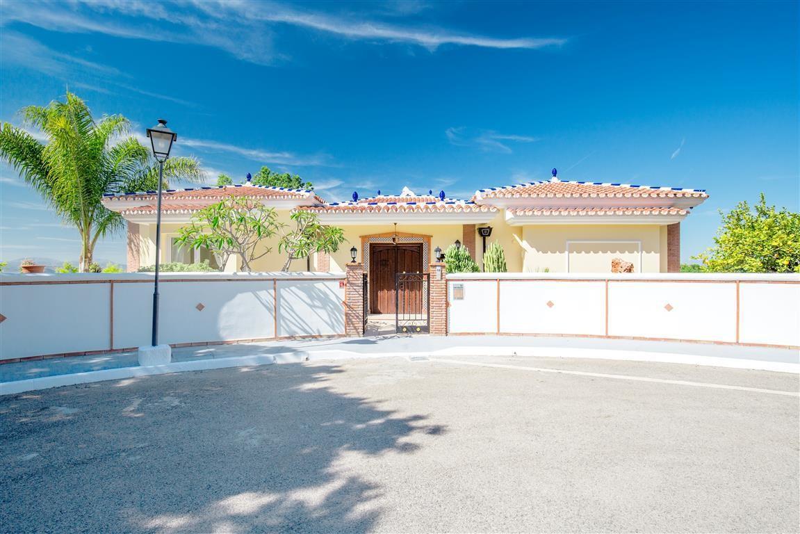 Large Luxury Detached Villa with Pool in Alhaurín el Grande
