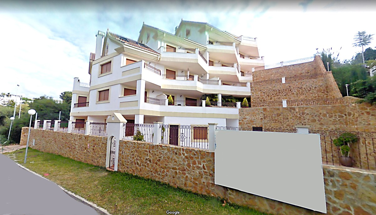 INVESTMENT Opportunity! Golf Middle Floor Apartment with Pool in Marbella