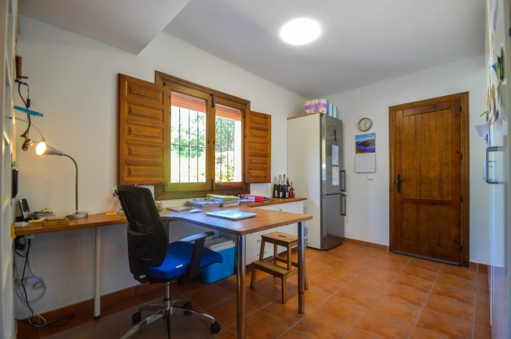 Large Middle Floor Apartment with Panoramic Views in Coín