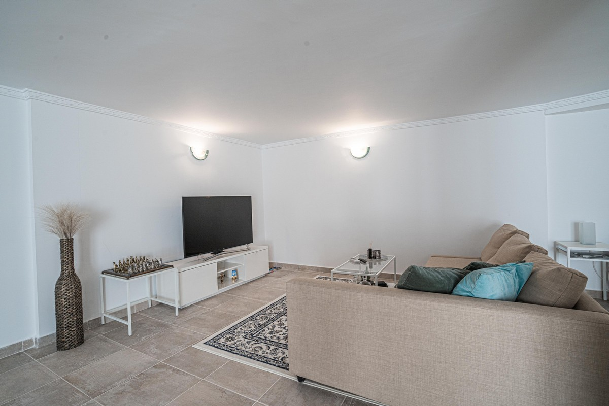 Large Middle Floor Apartment with Sea Views in Sitio de Calahonda, Mijas