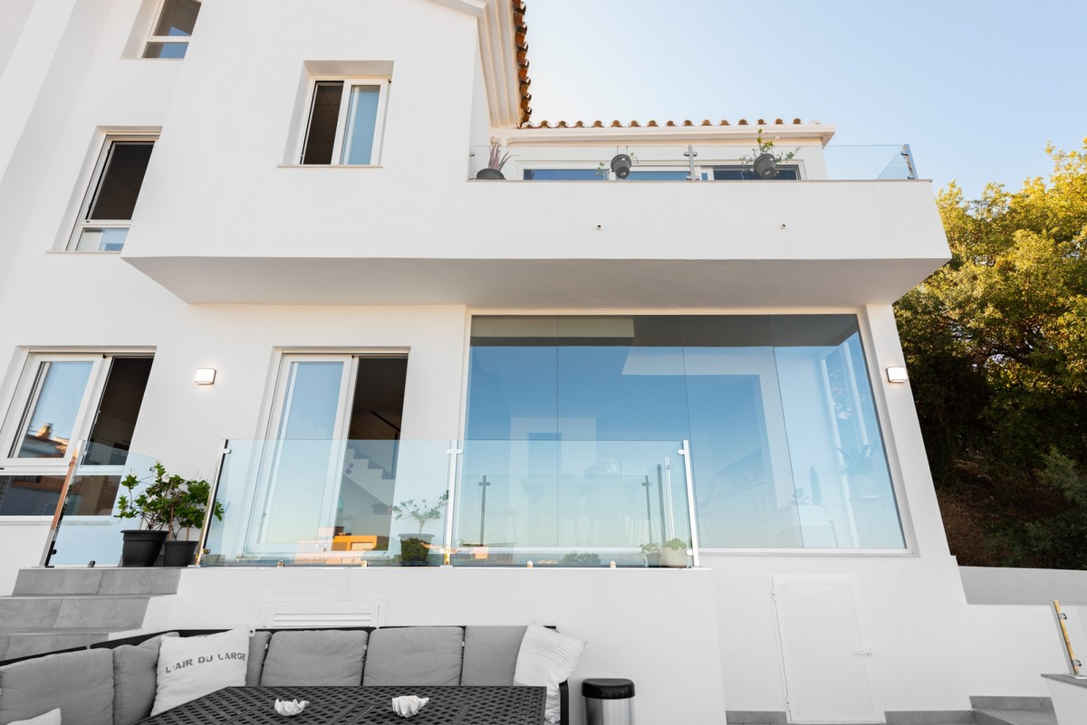 INVESTMENT Opportunity! Large Golf Middle Floor Apartment with Sea Views in La Mairena, Ojén