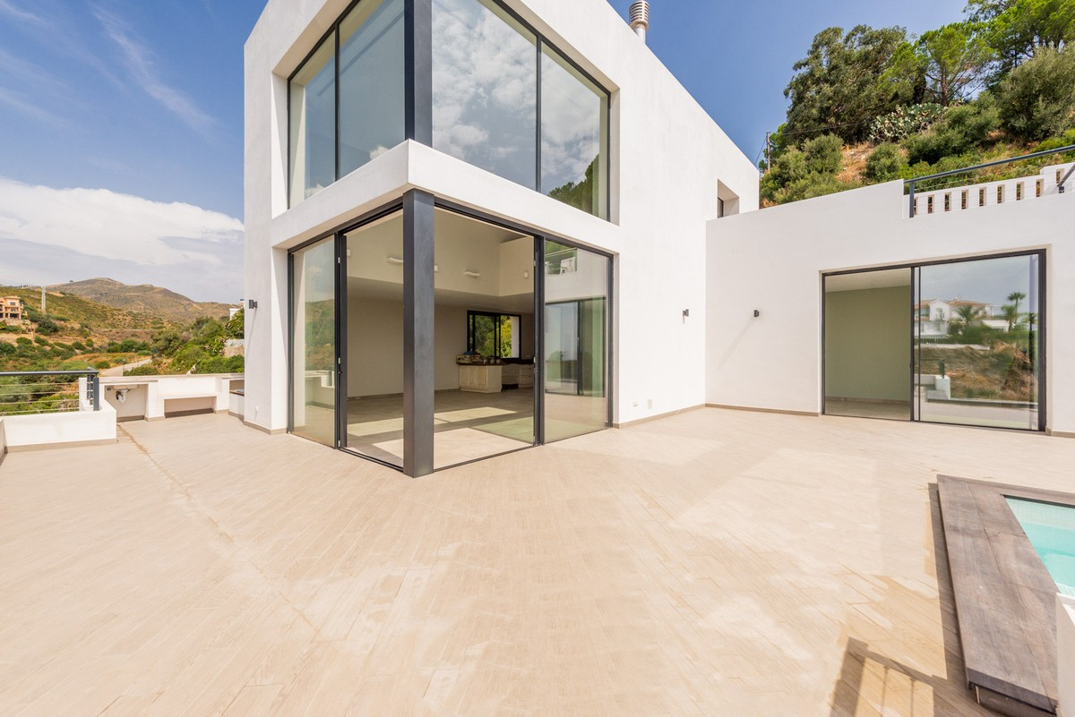 Large Detached Villa with Sea Views in El Rosario, Marbella