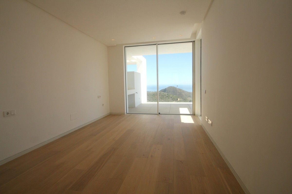 Large Middle Floor Apartment with Sea Views in Marbella