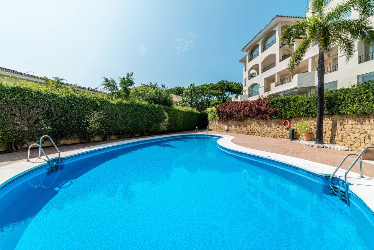 INVESTMENT Opportunity! Middle Floor Apartment with Pool in Elviria, Marbella