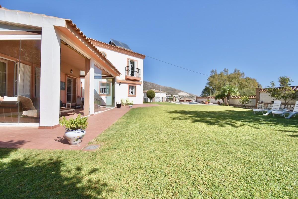 BARGAIN! Luxury Detached Villa with Sea Views in Benalmádena Pueblo
