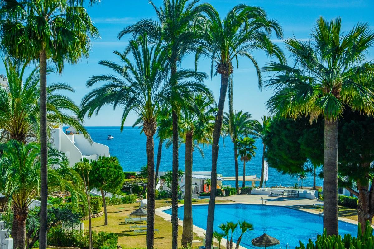 Luxury Beachfront Middle Floor Apartment with Sea Views in Milla de Oro (The Golden Mile), Marbella