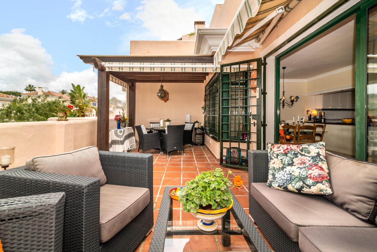 INVESTMENT Opportunity! Middle Floor Apartment with Sea Views in Elviria, Marbella