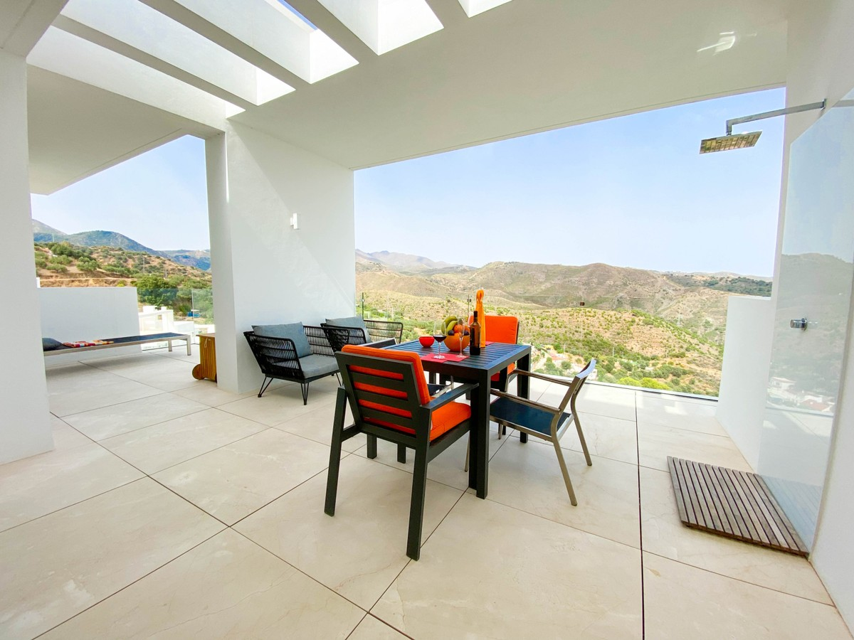 Large Luxury Middle Floor Apartment with Sea Views in Marbella