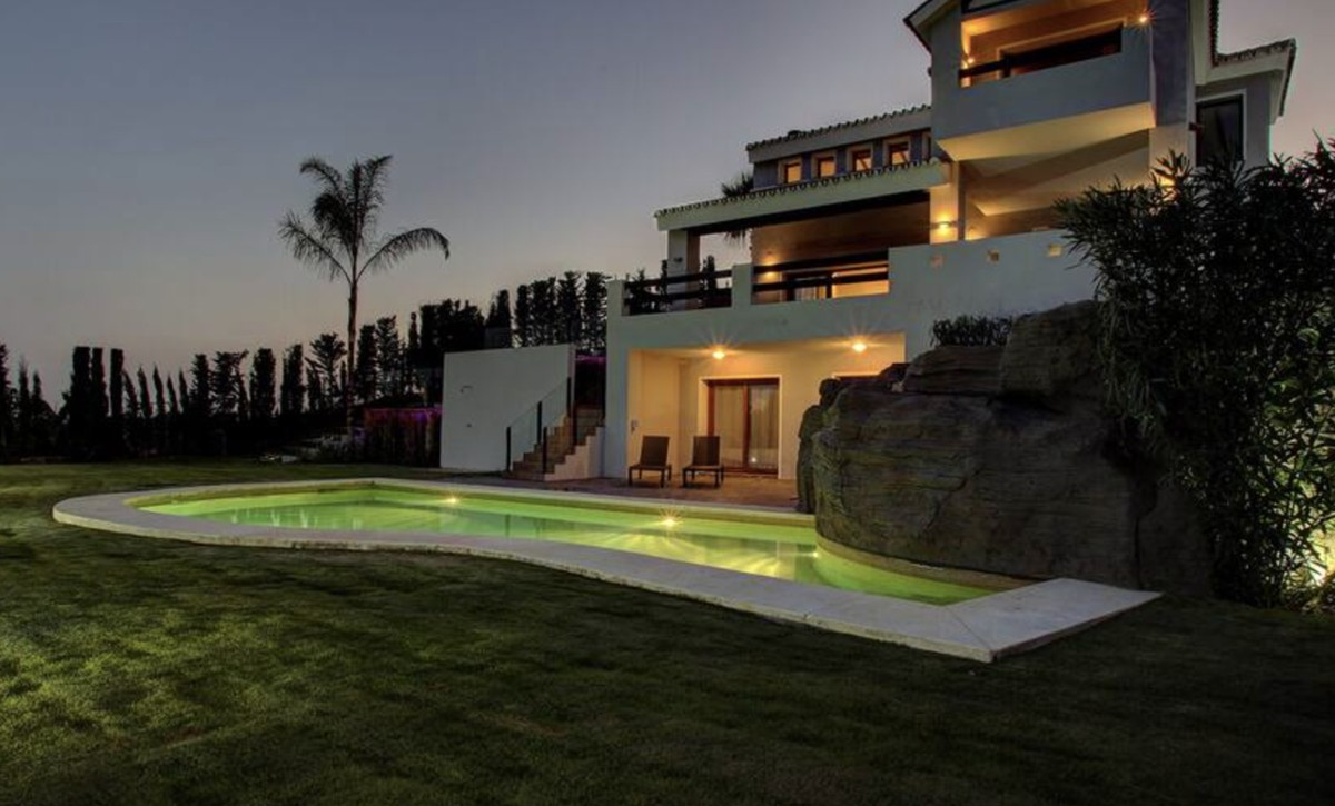 Large Luxury Golf Detached Villa with Pool in Estepona