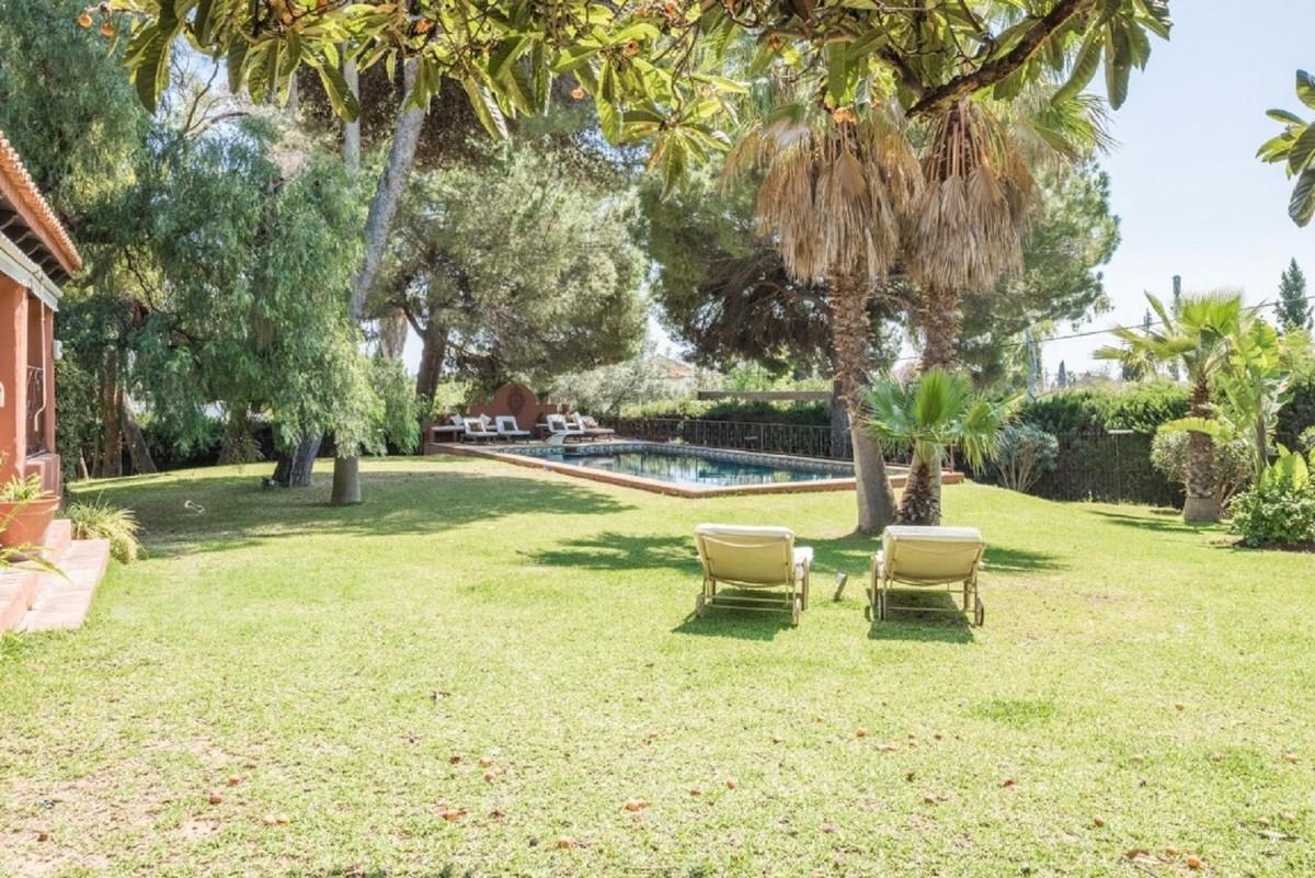 BARGAIN! Large Detached Villa with Pool in Nagüeles, Marbella